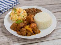 Carne guisada con arroz, minestra, tajadas y ensalada del día. + Postre