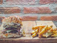 Alfa Burger con papas fritas
