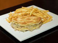 Burger now con queso y cebolla acompañado de papas fritas