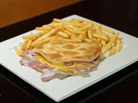 Burger now con panceta y cheddar acompañado de papas fritas