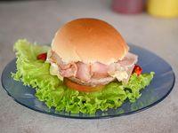 Hamburguesa con jamón y muzzarella + gustos a elección