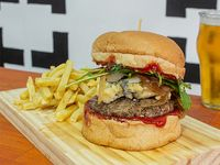 Wonder Boy burger con papas fritas