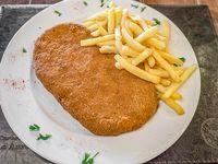 Milanesa al plato con papas fritas