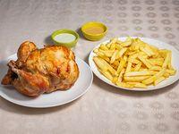 Promo 1 para 4 - Pollo entero + papas fritas + bebida 1.5 L + 4 salsas peruanas