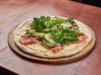 Pizza de rucula y jamón