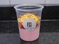 Yogurt con frutas de estacion y mix de granola
