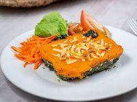 Pastel de espinaca y calabaza con ensalada de lechuga, tomate y zanahoria