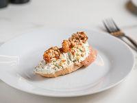 Tosta de queso azul, apio y nueces