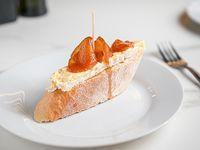 Pintxo de queso brie y peras caramelizadas