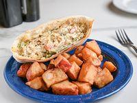 Sándwich de vegetales y queso con papas rústicas