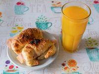 Combo - Exprimido de naranja + 2 medialunas con jamón y queso