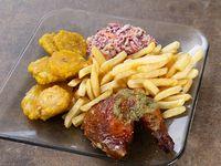 1/4 pollo asado con papas fritas o patacón + ensalada rayada de repollo morado, repollo blanco y zanahoria