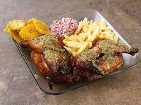 Pollo entero asado con papas fritas o patacón + ensalada rayada de repollo morado, repollo blanco y zanahoria