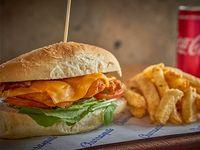 Combo - Sándwich de pollo rebozado, cheddar y panceta + papas fritas+ Coca-Cola500 ml