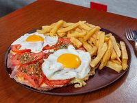 Super milanesa de carne + papas fritas + huevo frito