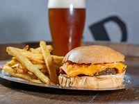 Burger cheese acompañado con  papas fritas