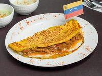 Cachapa con carne mechada y queso Llanero
