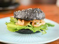Black bagel salmón y alcaparras