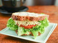 Pan de nuez, pollo, mayonesa, lechuga y tomate
