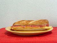 Baguetin de jamón crudo y queso