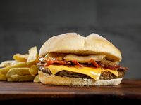 Promo king - Hamburguesa de 120grs. con queso cheddar, bacon y cebolla asada + papas fritas chicas