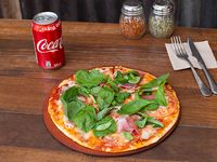 Pizza a elección + bebida en lata 350 ml