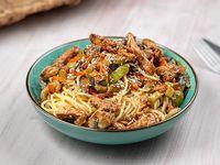 Spaghetti con vegetales y pollo al wok