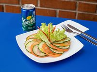 Ensalada pepino tomate (200 grs) + bebidas lata 220 cc