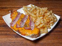 7 - Milanesa con cheddar y bacon con papas fritas