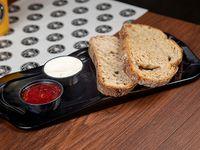 Tostadas de pan de campo con queso crema y mermelada