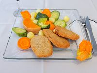 Milanesitas de berenjena con verduras al vapor