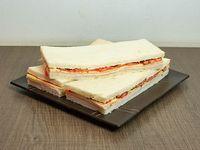 Sándwiches de jamón, queso, tomate y albahaca