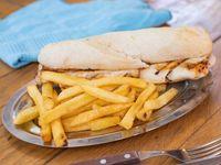 Sándwich de Pollo con papas fritas