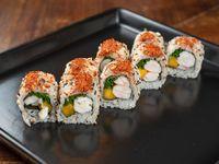 Uramaki roll de langostino, mango, ciboulette y togarashi