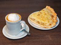 Café con Leche más porción de Torta de Manzana