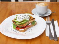Desayuno o merienda D.F. - Infusión + tostada con queso crema, palta, rúcula, tomate y huevo poche