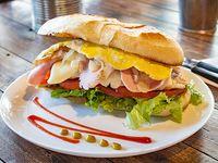 Sándwich de pollo completo con huevo