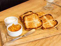 Tostadas con queso y mermelada
