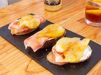 Brusqueta de jamón crudo, pera y burrata (3 unidades)