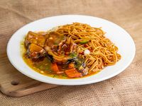 Fideos chow mein con berenjenas salteado