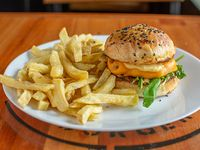 Burger onion con papas fritas