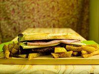 Sándwich de churrasquito de lomo con jamón y queso