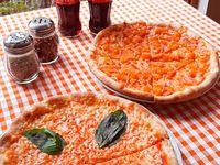 2 Pizzas Medianas + 2 Coca-Cola Sabor Original 300 ml.