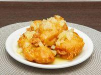 Milanesa de pollo con salsa de ananá
