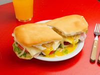 Sándwich de pechuguita de pollo súper completísimo