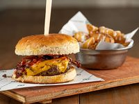 Cheddar burger con papas rústicas y salsa lactonesa