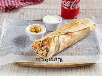 Shawarma de pollo al carbon con soda de lata