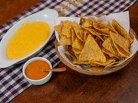 Nachos bañados en salsa cheddar