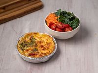 Tarta con Ensalada de verdes, tomate, zanahoria