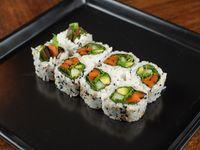 Uramaki roll vegan, zanahoria asada, rúcula, palta, pepino y verdeo